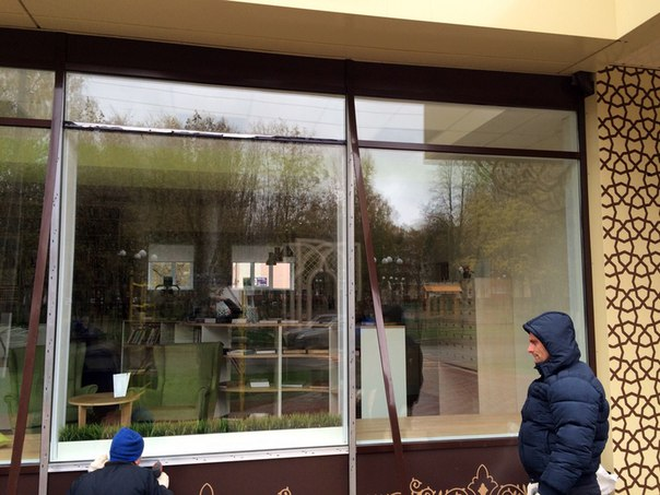 В библиотеке Тукая в Нижнекамске восстановили витражное окно, разбитое вандалами