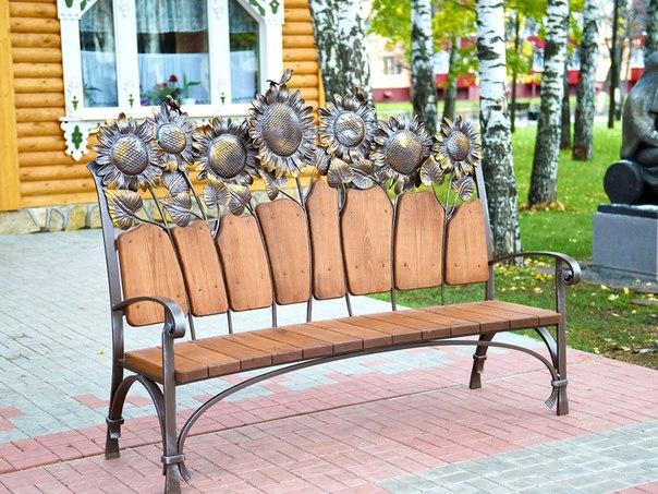 В Нижнекамске появилась скамейка с подсолнухами и лавочка в стиле «модерн»
