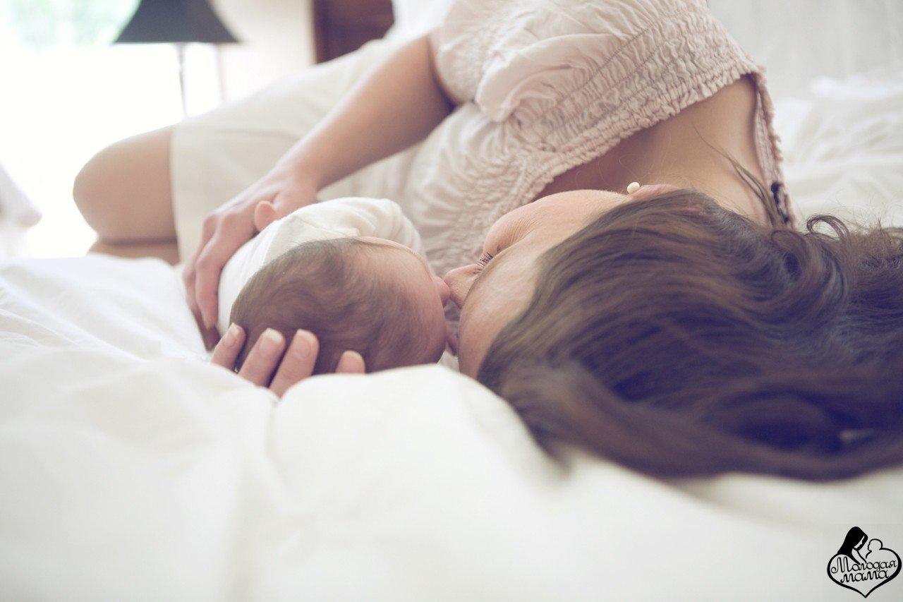 Сын не смог пройти мимо спящей матери 26 фотография