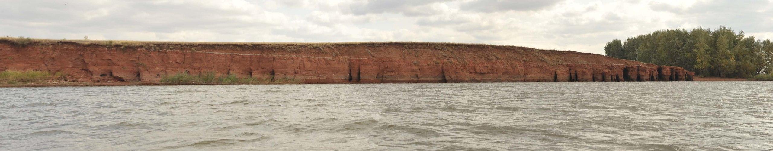 Вид на Красную кручу с водоёма