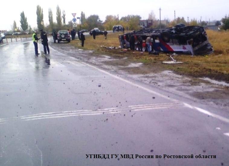 Сегодня утром на донской трассе перевернулся автобус с 20 пассажирами, 6 человек уже в больнице