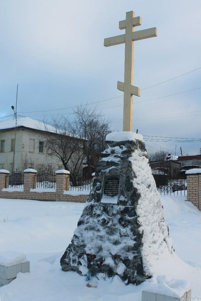 Памятный крест на месте Никольского собора Верхней Туры