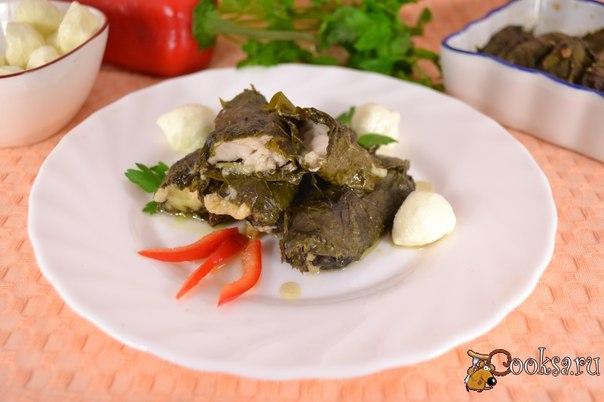 Рыба с моцареллой в виноградных листьях В листьях винограда можно готовить долму не только с мясом. Тому подтверждение - вкуснейшее блюдо - рыба с моцареллой в виноградных листьях. Таким блюдом вы обязательно удивите своих гостей - вкусно, необычно и очень ароматно!