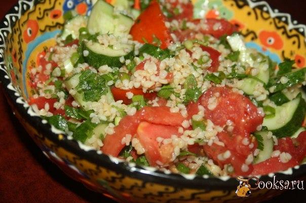 Табуле с булгуром #салат #кулинария #булгур #лето #рецепты Этот яркий, вкусный, летний, легкий салат табуле с булгуром попал на наш стол из арабских стран. Отличается он своей легкостью, но при этом сытностью. Если еще не делали такой салат, очень рекомендую удивить домочадцев, для нас сочетание пшеничных круп и свежих овощей - довольно экзотичное, но нам очень понравилось! Булгур также можно заменить кускусом или даже отварной рассыпчатой пшеничной крупой.