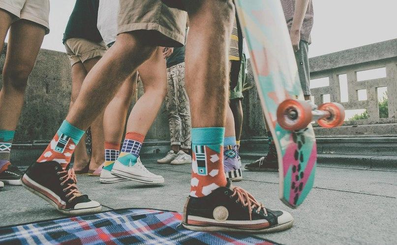 0df1f4b258821 В интернете сейчас много шуток и мемов о дырявых, разноцветных носках, о  носках с сандалиями, «вьетнамки», но больше всего посвящено рассказов  именно т.н.