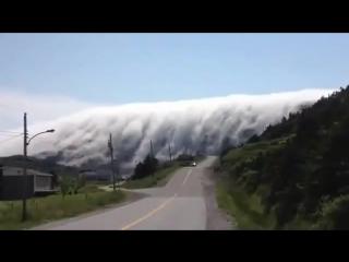 Огромная волна тумана величиной с гору
