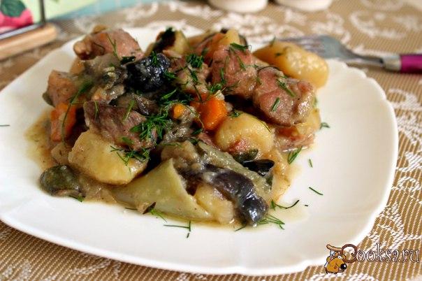 Свинина тушеная с овощами Простое, вкусное, по - домашнему уютное блюдо из мяса и летних овощей. Свинина тушеная с овощами будет прекрасным вариантом для семейного ужина или обеда, понравится и взрослым, и детям. Готовится совсем не сложно, а в результате получается сытное блюдо, в котором мясо и овощи пропитываются вкусом и ароматом друг друга.