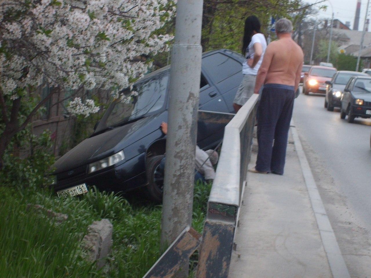 В Таганроге автоледи на «десятке» слетела с моста в кювет