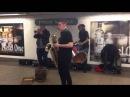 Необычная музыкальная группа играет в подземном переходе