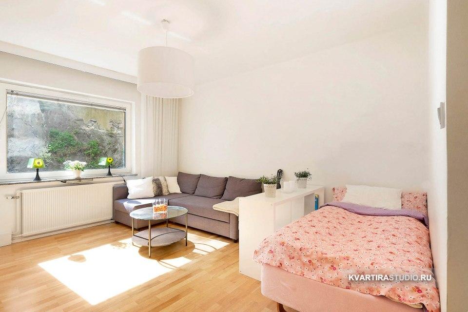 Зонирование комнаты на гостиную и спальню низким стеллажом