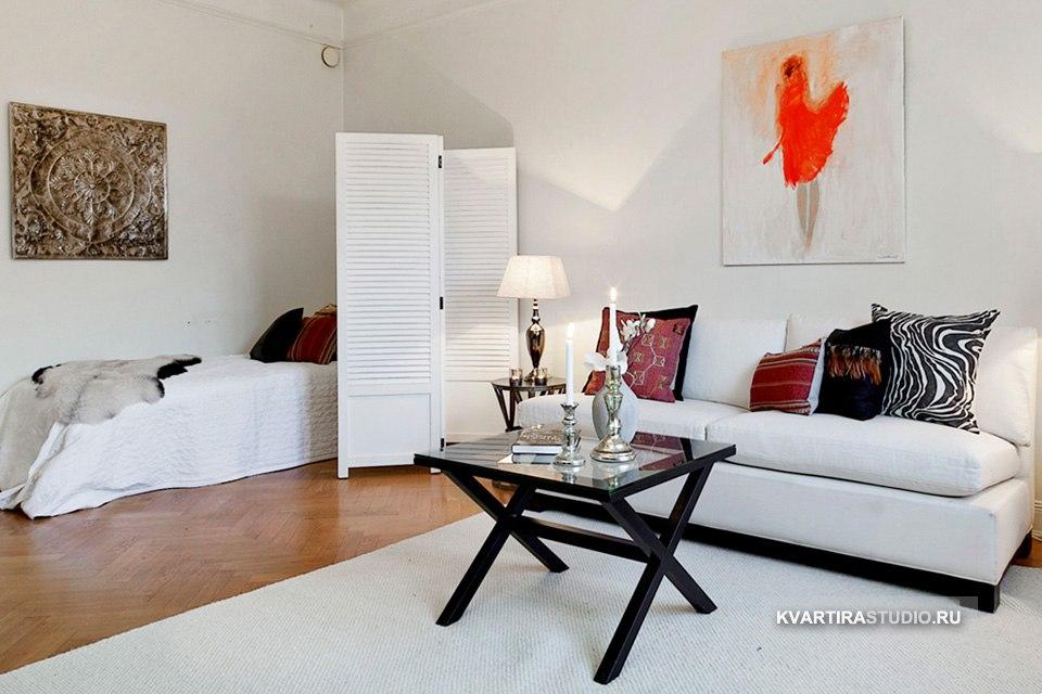 Зонирование комнаты на гостиную и спальню ширмой.