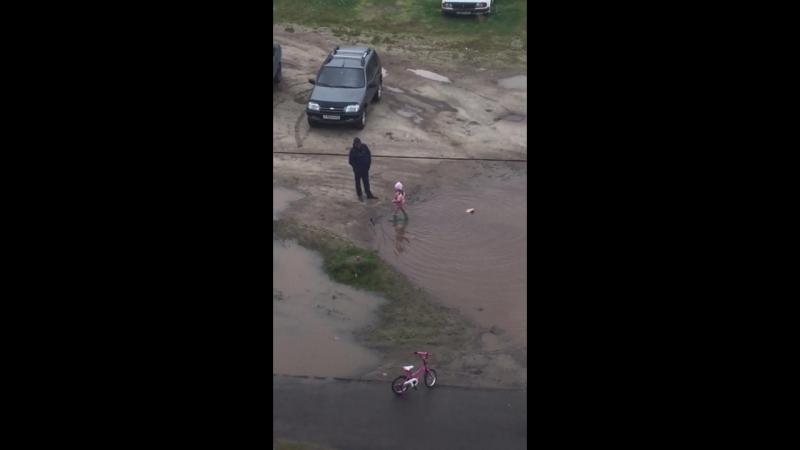 папа с дочкой на прогулке ).....случайно снял сегодня из окна...)