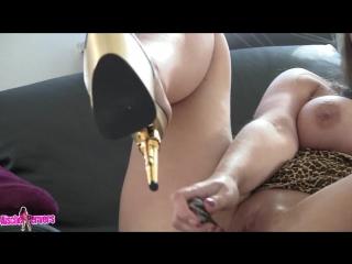 порно актриса в леопардовом платье