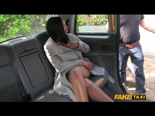 Чернокожую сучку в автомобиле поимел белый водитель