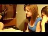 Девушка с красивым голосом классно читает реп под гитару