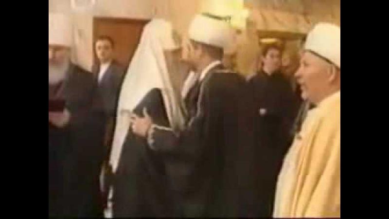 Кирилл Гундяев целует руку папе-римскому.flv