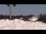 Товарный поезд мчится сквозь снег