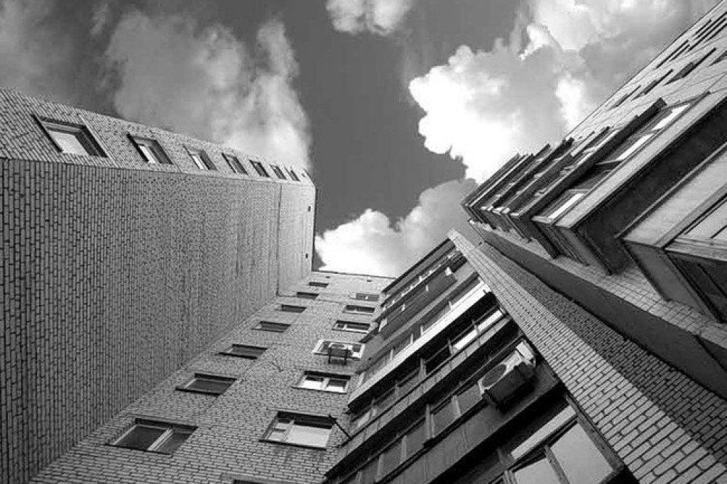 Молодая таганроженка, упавшая с восьмого этажа, скончалась в реанимации