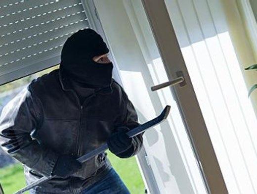 В Таганроге грабитель с чулком на голове среди белого дня проник в частный дом