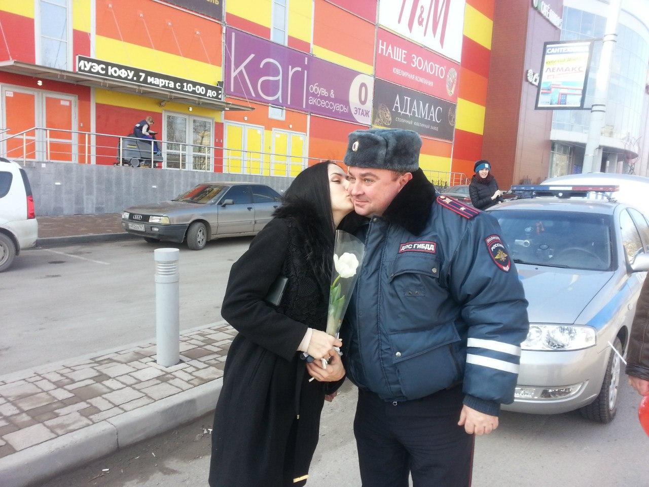 ГИБДД Таганрога и радио «ТВС» на дорогах города поздравляют автоледи