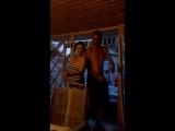 мама с папой танцуют )
