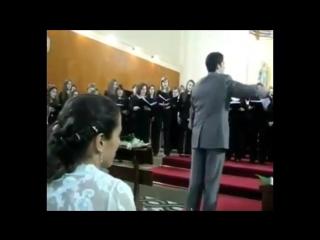 Вот это я понимаю свадьба. Невеста заказала своему мужу на свадьбу хор, который исполнял гимн Лиги Чемпионов.