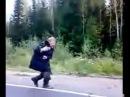 Бомж бежит за машиной и танцует