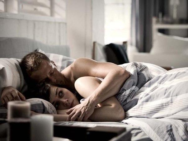 Парень познакомился с девушкой и вот наконец-то она пригласила его к себе поздно вечером домой. Заходят в комнату, начинают ласки.