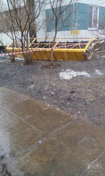 В Челнах с высоты 3-го этажа упала строительная люлька с ремонтниками