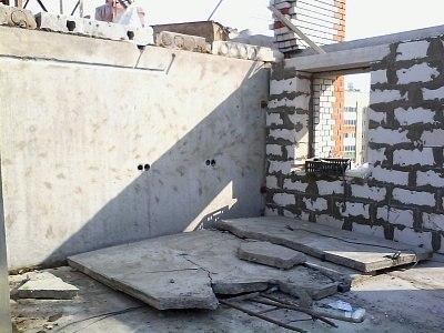 Ростехнадзор назвал причины, по которым на стройке в Челнах на двух рабочих упала стена