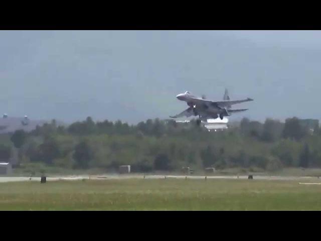 При посадке Сухой Су-35С задел крылом ВПП