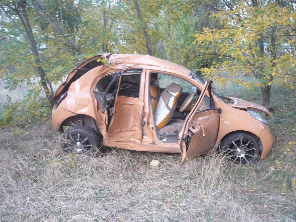 На трассе «Ростов-Таганрог» женщина-водитель врезалась в два дерева, пострадали два человека