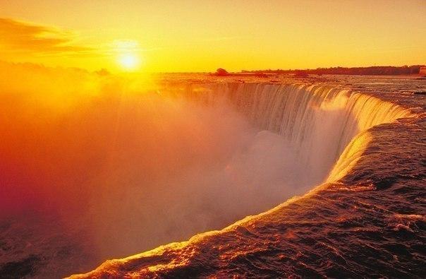 Восход солнца над Ниагарским водопадом.