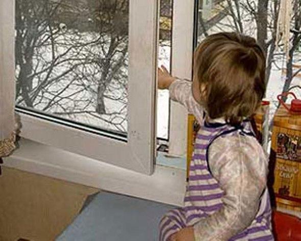 В Таганроге полуторагодовалая малышка заперла бабушку на балконе, а маму в подъезде