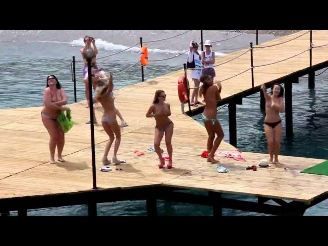 tantsuet-golaya-na-plyazhe-video