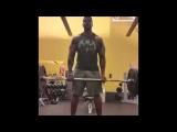 Hombre de gran bulto entrenando en el gym