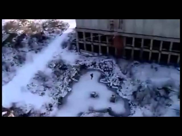 Сумасшедший прыжок с крыши многоэтажки без страховки.