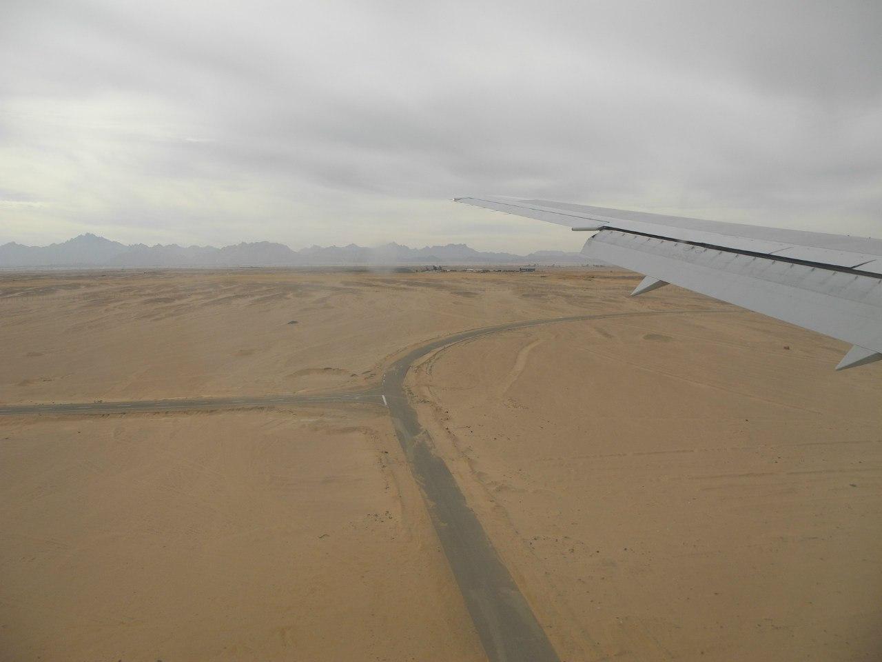самолет над египтом