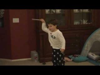 Трехлетний ребенок дирижирует 5-й симфонией Бетховена