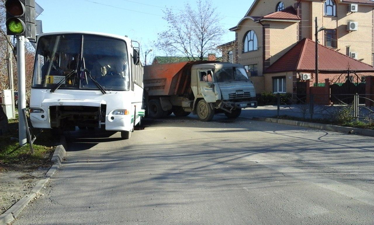 В Таганроге «КамАЗ» на полном ходу протаранил автобус №1 с пассажирами