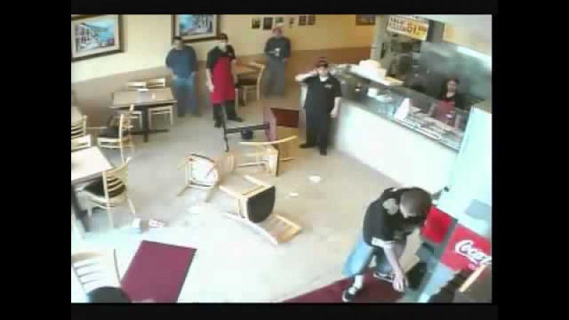 3 Caras brigando em uma Lanchonete - 3 Guys fighting in a Cafeteria.