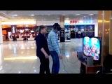 Пьяного парня толкнули, когда он был в очках VR (VR/virtual reality/виртуальная реальность)