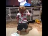 Смешной малыш устроил недетские танцы