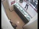 Парень вырубил грабителя