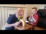 Отец с сыном играют в русскую рулетку, только вместо пуль у них торт Budgie Jayden
