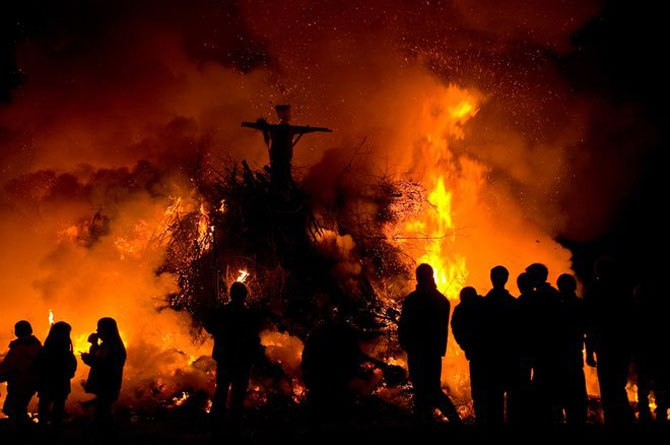 Ведьмы варили магическое зелье, ибо считалось, что травы в эту ночь обретали чудесную силу. Так ведьмы пытались помешать приходу весны, насылали порчу на людей и скот.  В народе было принято изгонять ведьм в эту ночь. Совершались специальные обряды, селяне обходили дома с зажжёнными факелами, сжигали на костре чучело ведьмы.