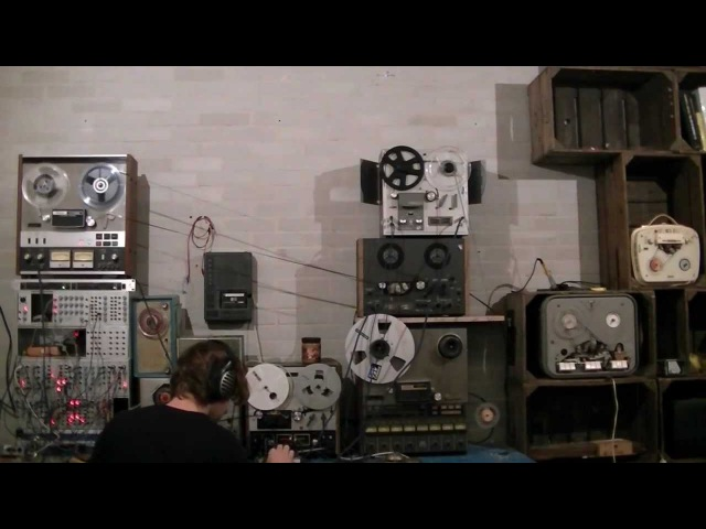 Four tape recorder techniques for minimal techno looping, delay, reverse delay and saturation