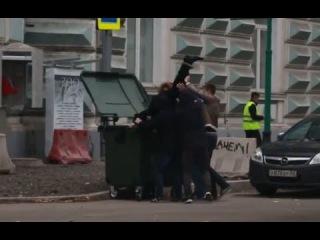 В Москве Макаревича посадили в мусорный бак!