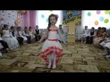 Маленькая девочка классно танцует и поет