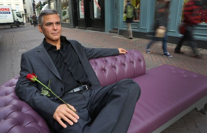 Джордж Клуни дал Дэнни Де Вито уроки хорошего вкуса: видео взорвало сеть